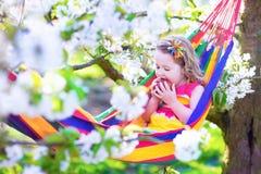 放松在吊床的小女孩 免版税库存照片