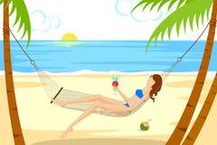放松在吊床的海滩的美丽的妇女 免版税库存照片