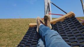 放松在吊床,在城市之外的春假,宁静的无忧无虑的人 股票视频