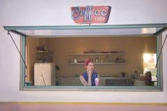 放松在咖啡店的妇女 免版税图库摄影
