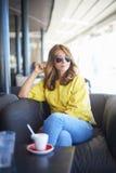 放松在咖啡店的妇女 免版税库存图片