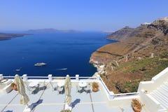 放松在圣托里尼,希腊海岛上  免版税库存照片