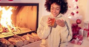 放松在圣诞节的愉快的少妇 股票视频