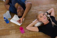 放松在地板上的舞蹈家画象在演播室 免版税库存照片