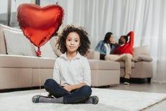 放松在地毯的平静的孩子户内 图库摄影