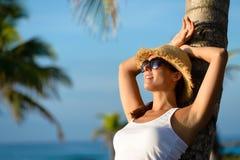 放松在夏天热带加勒比旅行的妇女 免版税库存照片