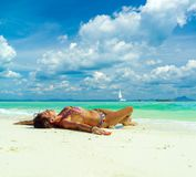 放松在夏天热带海滩的逗人喜爱的妇女 白色沙子, b 库存照片