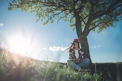 放松在夏天自然的女孩 库存图片