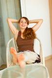放松在大阳台的愉快的妇女 库存图片