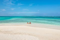 放松在天堂海滩的夫妇 图库摄影