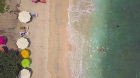 放松在天堂热带海岛上的沙滩的人们 努沙Penida,印度尼西亚 4K空中海边顶视图 3月07日 股票视频