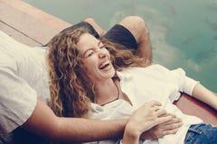 放松在她的男朋友膝部的妇女 库存图片