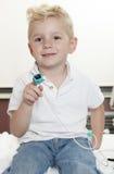 放松在小儿科医院的男孩 免版税库存图片