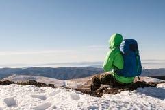 放松在小山顶部的远足者 免版税图库摄影