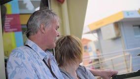放松在小船旅途上的资深夫妇 股票视频