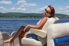 放松在小船的妇女 免版税库存照片