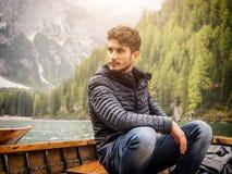 放松在小船的年轻人 免版税库存照片