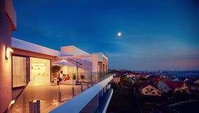 放松在屋顶上面露台的家庭有晚上城市视图 库存图片
