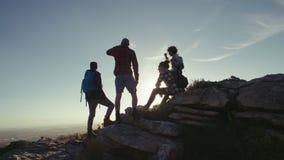 放松在山上面的朋友在远足期间 股票视频