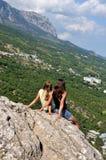 放松在山的一个岩石。 免版税库存图片