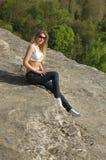 放松在山的妇女 图库摄影