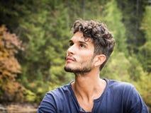 放松在山的年轻人 免版税图库摄影