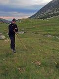 放松在山的牧羊人 免版税库存图片