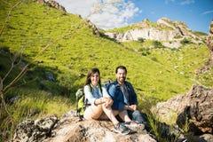 放松在山的远足者 库存图片