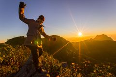 放松在山顶部和享受VA的看法远足者 图库摄影