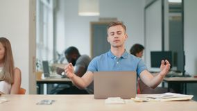 放松在工作以后的疲乏的商人 做瑜伽锻炼的被用尽的人 股票视频
