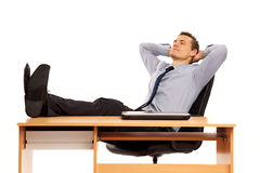 放松在工作的年轻商人。 库存照片
