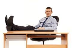放松在工作的年轻商人 免版税库存照片