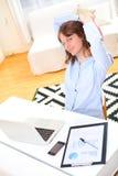 放松在工作的年轻微笑的女商人 免版税库存图片