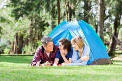 放松在帐篷里面的家庭 库存照片