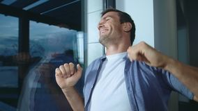 放松在平时以后的愉快的人 设法微笑的人舒展 股票录像