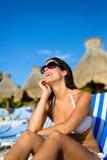 放松在度假的愉快的妇女在热带手段海滩 免版税库存照片