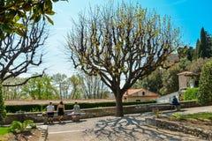 放松在庭院方济会修士修道院的人们 库存图片