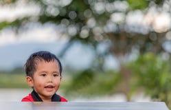 放松在庭院里的一个小男孩 免版税库存照片