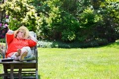 放松在庭院里的妇女 库存照片
