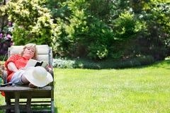 放松在庭院里的妇女 免版税库存照片