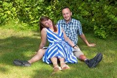 放松在庭院里的愉快的有吸引力的夫妇 库存照片