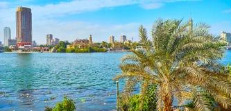 放松在开罗堤防,埃及 免版税库存照片