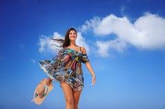 放松在异乎寻常的海滩和享受好的weath的少妇 库存图片