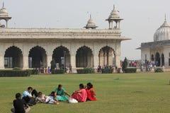 放松在德里红堡复合体的印地安人民在德里 免版税库存照片