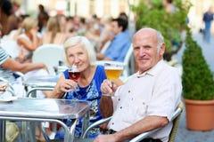 放松在户外咖啡馆的资深夫妇 图库摄影