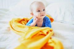 放松在托儿所的女婴 免版税库存图片