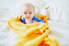 放松在托儿所的女婴 库存图片