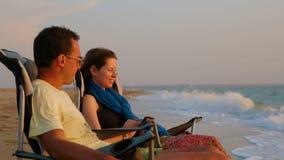 放松在折叠的浪漫夫妇画象  股票录像