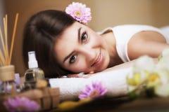 放松在按摩桌上的一个健康女孩 在温泉的做法前 男按摩师去按摩他的  机体关心英尺健康温泉水妇女 皮肤c 库存照片