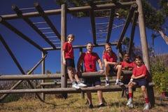 放松在新兵训练所的教练员和孩子 库存照片